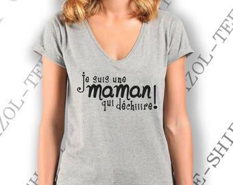 """Tee-shirt 100% coton. """"Je suis une maman qui déchire!"""" Gris clair, col V, écriture noire. Idée cadeau fête des mères qui déchirent!"""