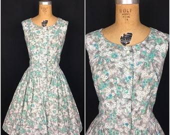 1950s Plus Size Blue Green Grey Floral Daisy Day Dress with Circle Skirt 50s Volup Flower Novelty Print Sleeveless Swing Shirtwaist Dress