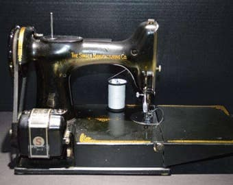 Vintage Singer Model 221 Featherweight Sewing Machine, 110 v. USA