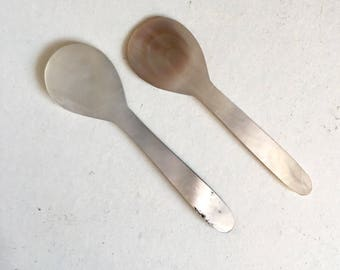 Pair of horn spoons suitable for caviar or salt