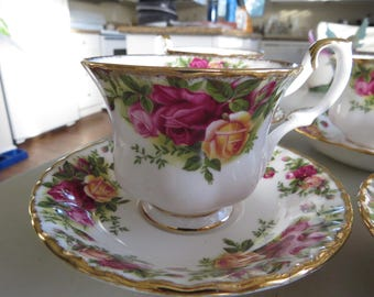 Royal Albert Old Country Roses Tea Cup & Saucer Bone China, Vintage England 1962
