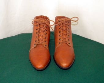 Sz 5.5m Vintage brown leather 1990s Women flat 9West lace up ankle booties.