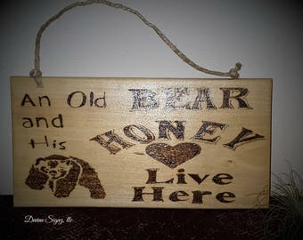 An Old Bear and his honey live here-front door signs-welcome signs-home decor-wood burned signs-rustic welcome sign-cabin decor-camping-gift