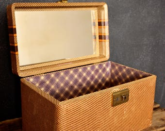 Vintage train case / Make up case / Doll suitcase with mirror