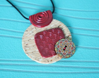 Necklace pendant round woman beige and Burgundy Red with button wood