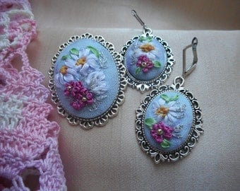 Jewelry set with embroidered ribbons