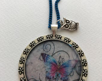 Metal and resin decorated with cabochon necklaces