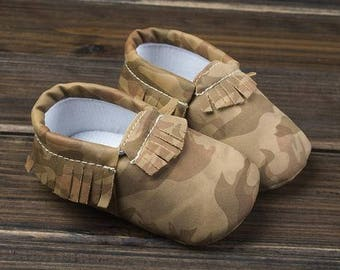 brown camouflage baby moccasins, camou baby moccasins, camo baby moccs, brown camou baby moccs, brown camouflage moccs, bay moccs, camou