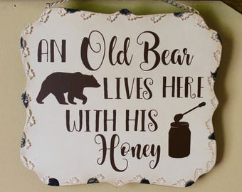 """Metal """"An Old Bear Lives Here With His Honey"""" Decorative Hanger"""
