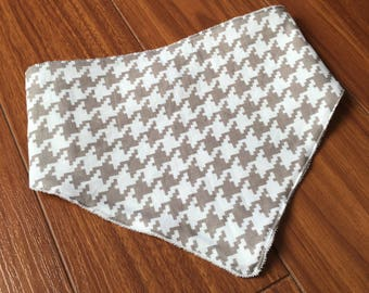 Bib with beige and white pattern