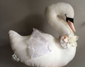 Peluche décorative cygne en rose et blanc/ Pink and white decorative swan doll