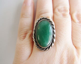 Vintage 1970s  sterling silver oval ring ring with green/ jade gemstone- size 6- 7