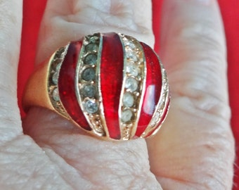 Vintage gold tone size 8 rhinestone ring with red enameling in great condition