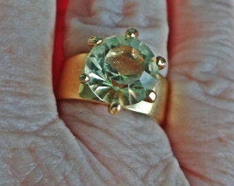 Vintage gold tone size 8 pale yellow rhinestone ring in great condition