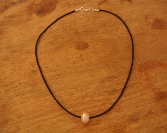 Simple Grace Freshwater Pearl  Black Leather Necklace / / Elegant Freshwater Pearls / Boho Chic Necklace