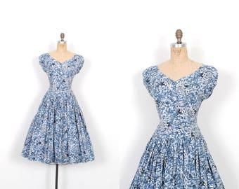 Vintage 1950s Dress / 50s Novelty Print Blue Cotton Dress / Full Skirt ( large L )