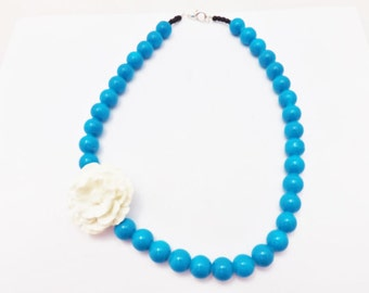 Assymetrical Pinup Blue Bead Necklace With Cream Flower