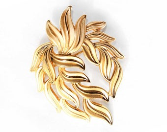 Vintage CROWN TRIFARI Smooth and Brushed/Matte Gold-Tone Metal Leafy Brooch