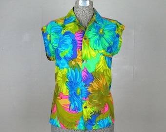 ON SALE // Vintage 1960s Blouse 60s Tropical Floral Print Cotton Blouse with Cool Buttons Size M/L
