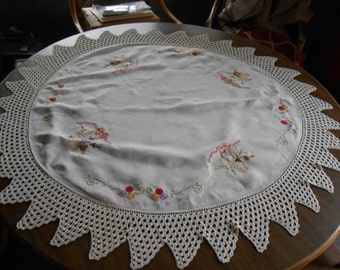 Beautiful Vintage Round Embroidered Tablecloth w/Crocheted Border