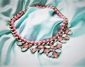 Braided necklace in pink and gold