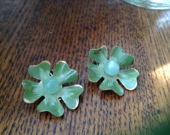 Vintage goldtone clip earrings with green stone