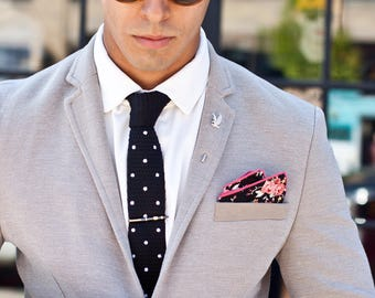 Black and white knit Tie or tie, pocket square and pocket square.