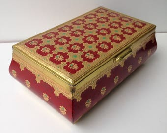 Old cake or chocolate look in the form of a jewel box
