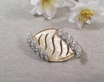 BSK! Beautiful Vintage Brushed Gold Tone Diamente Rhinestone Curled Brooch Signed BSK  DL#1933