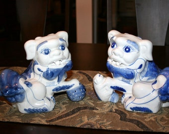 Chinese Foo Dogs//Blue and White Porcelain Foo Dogs//Feng Shui Decor//Chinoiserie Chic Decor//Vintage Foo Dogs