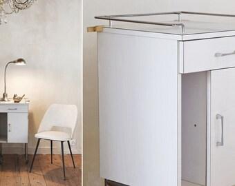 Vintage wit formica kastje op wieltjes | Vintage white formica cabinet on wheels