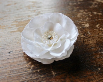 Hair Flower with Vintage Button. Poppy Hair Clip. Rockabilly Hair Flower. Vintage Hair Flower. Bridal Hair Clip. Vintage Bride. White Poppy.