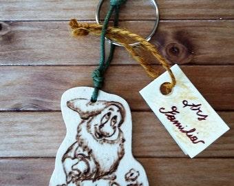 Wooden Keychain Disney Bashful (snow white)--ash