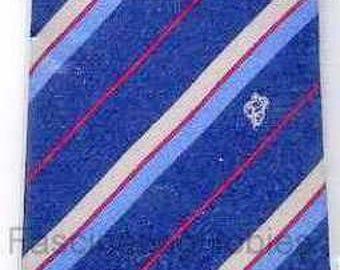 Collection cravate en soie menthe de MICHELIN, devant Logo BIBENDUM, dos marque Michelin -1980 - rouge rayé bleu marine, couleur dégradé allant du bleu au gris