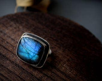 sterling silver and labradorite solitaire ring glowing blues and greens