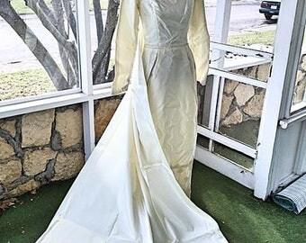 Women's Vintage 1960s Wedding Dress Train & Head Veil . 60s Full Length Bridal Gown Mod 1960s 1970 Heirloom White . Vintage Size 12