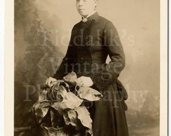 Cabinet Card Photo - Victorian Pretty Woman, Huge Hat, Neck Brooch, Bustle Dress Portrait  - Hellis & Sons London England - Antique Photo