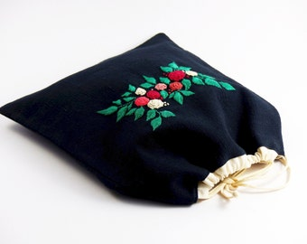 Embroidered by hand, double cotton bag, cord clamping, lining off white, green, pink, white, red embroidery