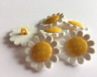 Daisy yellow floral buttons 22mm x 6