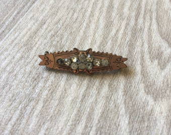 Lovely Victorian gold tone bar brooch