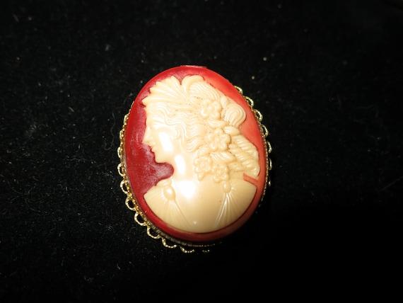 Beautiful vintage Art Deco goldtone resin cameo  lady brooch