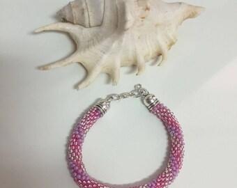 Pulsera espiral en tonos rosas, pulsera bead crochet, pulsera brillante, pulsera espiral brillante, pulsera de cuentas, pulsera fiesta