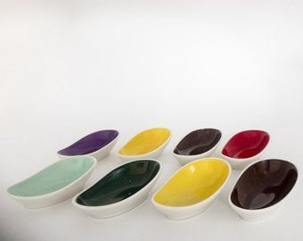 8 small bowls of candy, organising bowls made of porcelain, colours typical of the 50s