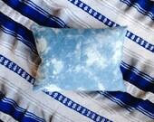Cushion dyed by hand - plant - indigo - dyed shibori - cotton bio - cushion deco blue 30 X 40 cm - unique piece - boho - handmade