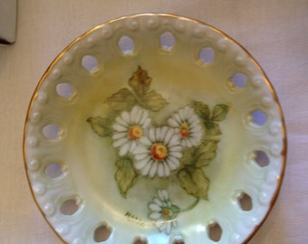 Daisy dish with green background