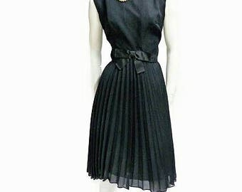 Black vintage dress 50s evening plisse robe noir pinup kleid elegant gown so Mad Man and so Jakie Kennedy style. Sz L plus size