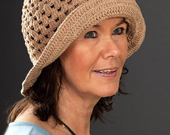 Crochet hat with brim in light brown