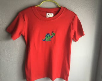 T-shirt Embroidered with a dinosaur