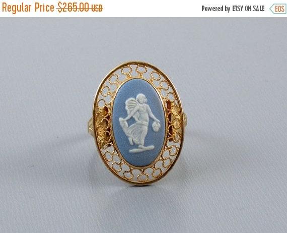 Holiday Sale Vintage estate 14k gold Wedgwood England full body angel cameo blue jasperware ring, size 6