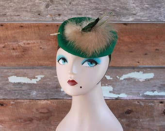 1940s hat | forest green wool felt topper hat with feather | 40s fascinator | chapeau 1940 fascinateur